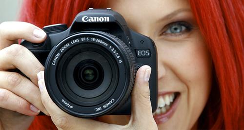 Mulher com uma máquina fotográfica
