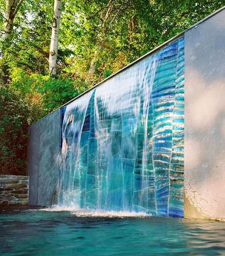 parede de vidro com cascata de água