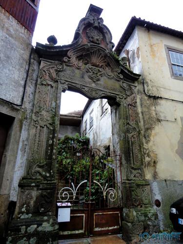 Viseu (32) Grande entrada para uma casa pequena [en] Viseu - Large entrance to a small house