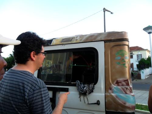 O formador ABEL ROURE e o coordenador de camera, EMERSON FERREIRA, producurando a melhor posição para filmar desde o interior do carro...