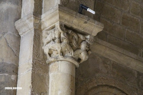 Igreja de S. Tiago. Interior. Capitel abside.jpg