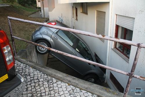 Acidente de carro caiu num buraco (Figueira da Foz