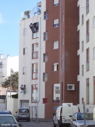 Pintores pendurados num prédio
