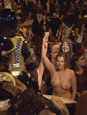 Manifestante em toplesse frente ao parlamento