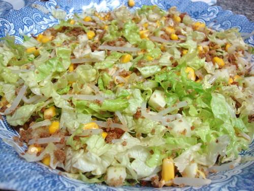 salada com broa crocante