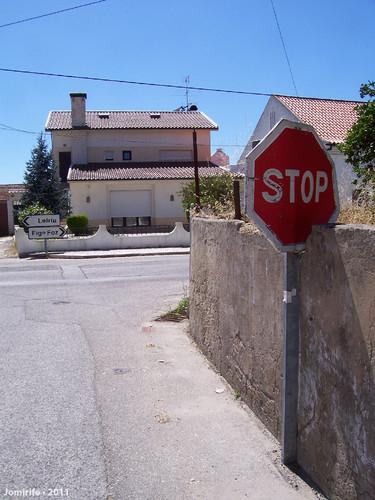 Partiram a parede para caber o sinal de Stop (1)