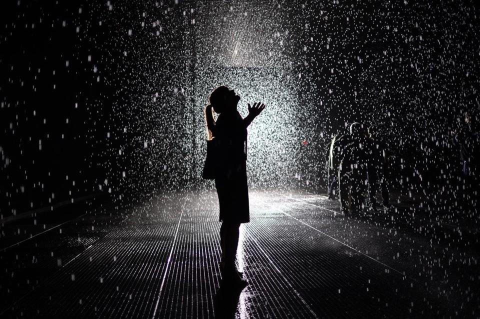 mulher-a-chuva.jpg