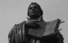 Lutero com a Bíblia.jpg