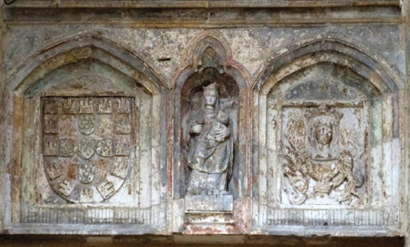 Figura 1 — Pedra esculpida com o escudo de Portu
