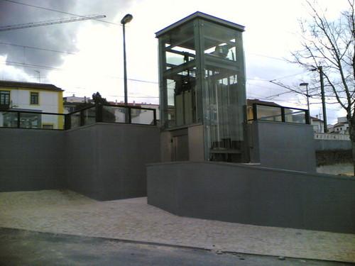 Elevador subterrâneo passagem de linha de comboio
