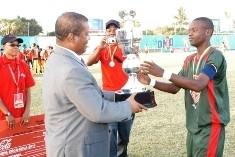 Capitão da Samora Machel recebe o troféu (C. Bernardo)