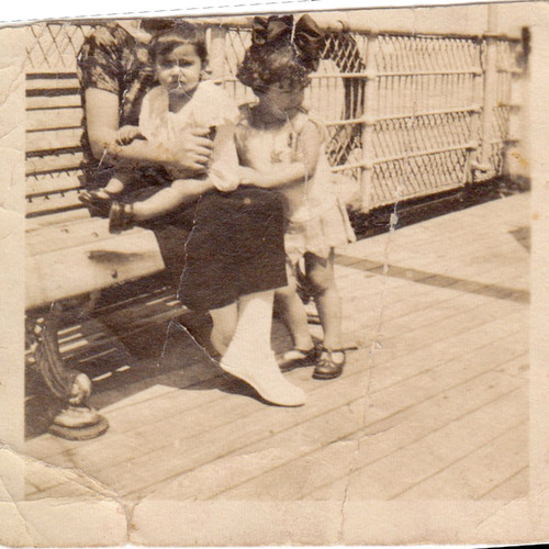 Maria José A. P. Silva no colo da mãe no paquete Angola