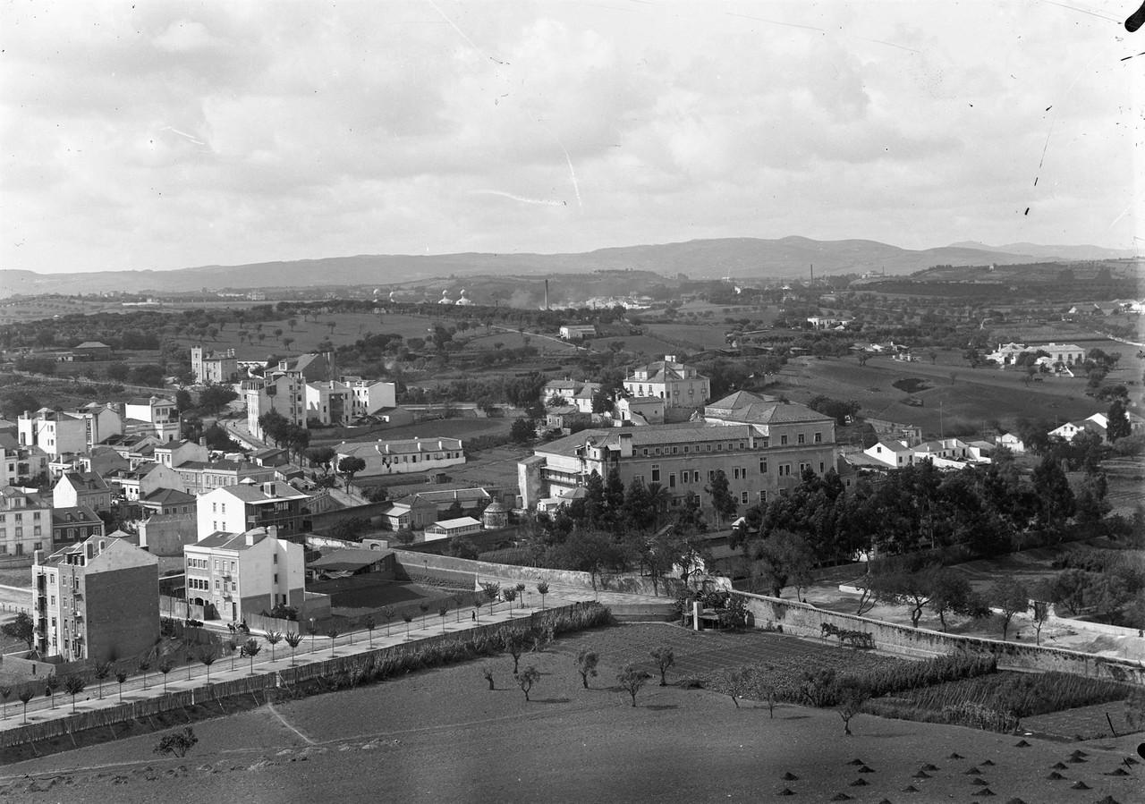 Terrenos da avenida Almirante Reis, vendo-se ao fu