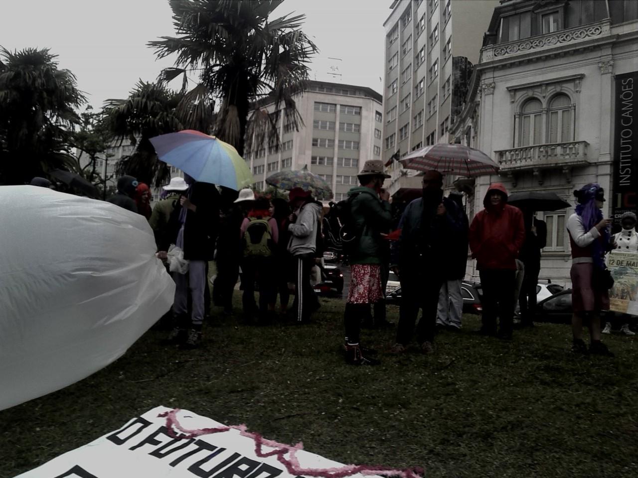 Antes da manifestação, ainda alguns terminavam os seus cartazes, começava a chover.