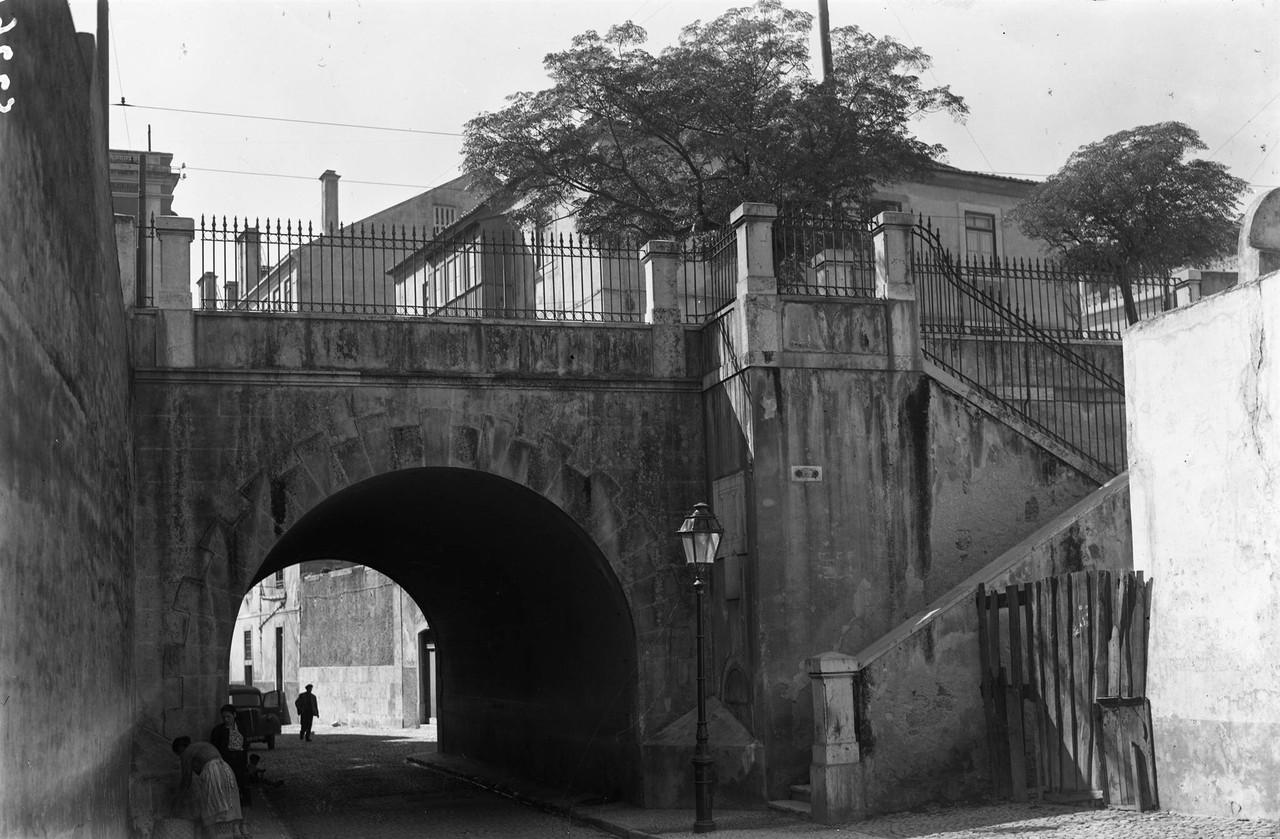 Arco do Regueirão dos Anjos, junto à Rua Febo Mo