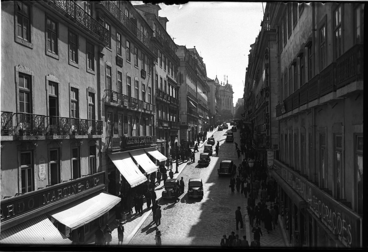 Rua Garrett, cerca 1953, foto de António Passapor