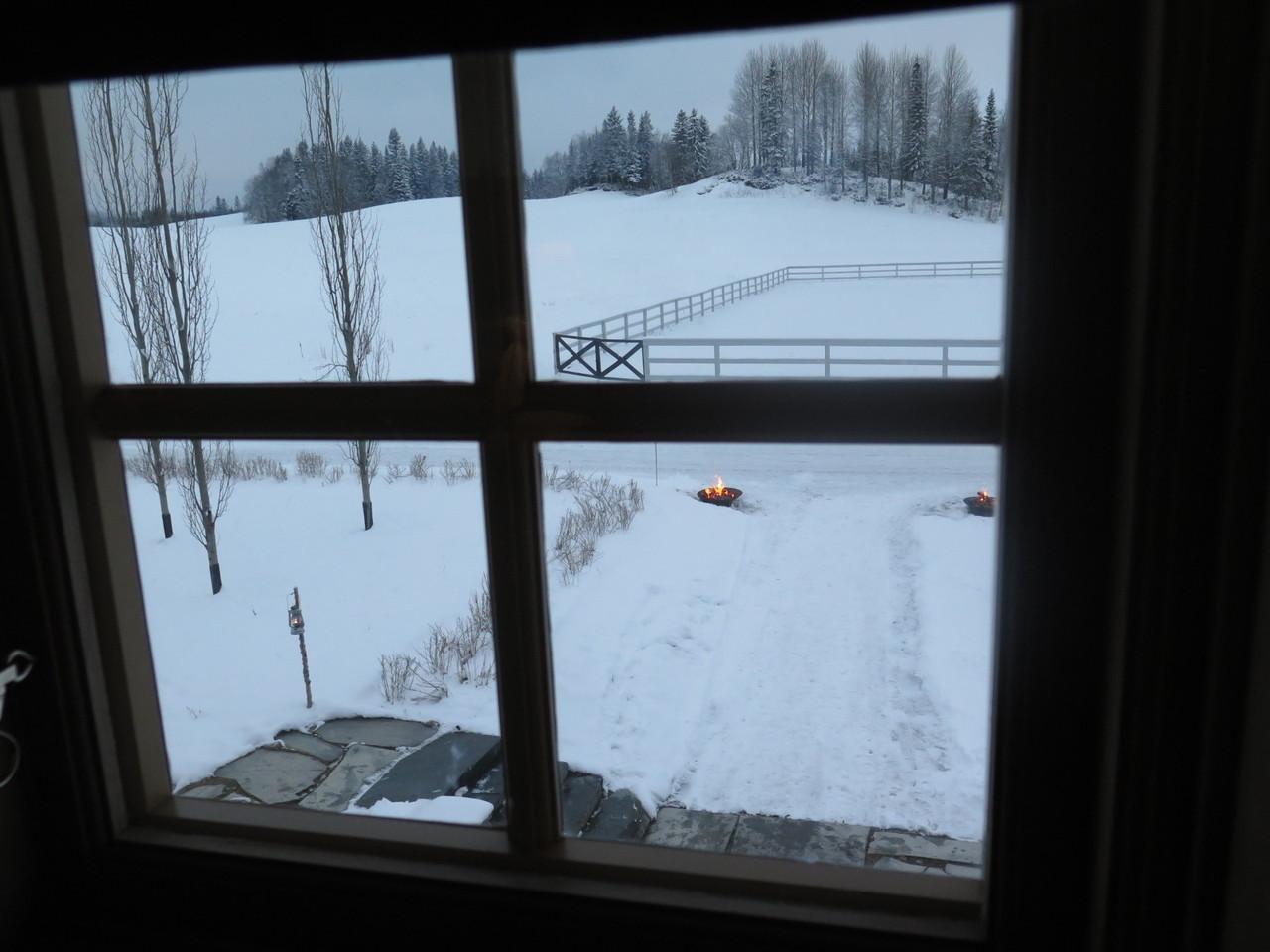 A vista da janela do quarto, em frente à entrada no FÄVIKEN