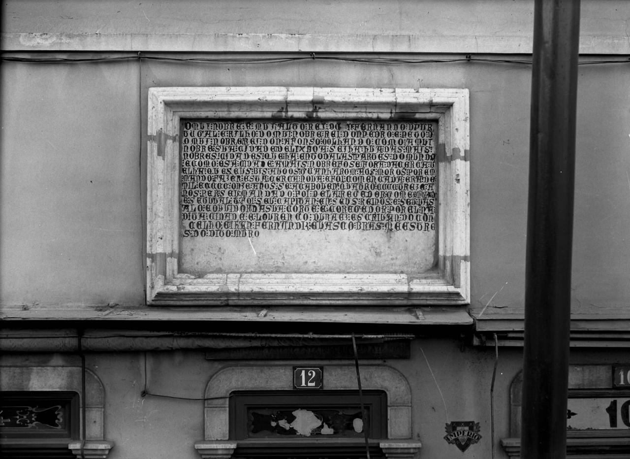 Lápide com inscrição comemorativa da construç