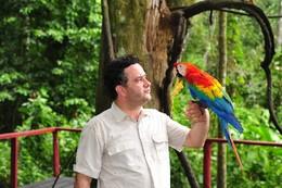 Luís Henrique Pereira com uma Arara Escalarte na Amazónia Brasileira