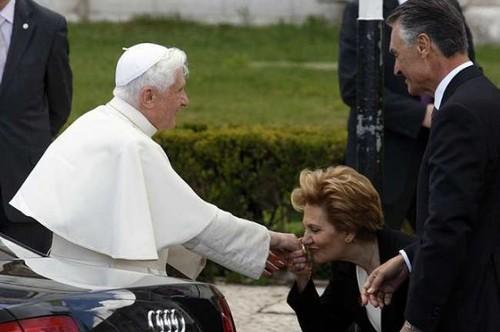 Maria beija a mão do demo.. o paspalvo olha