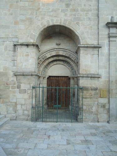 Pórtico com arcos romanicos