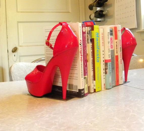 sapatos como suporte de livros