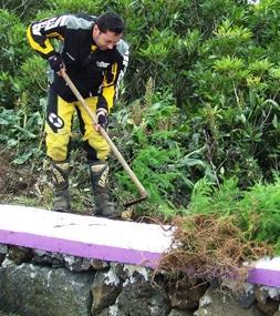 O piloto Paulo Jesus, preparando a plantação de mais um cedro...